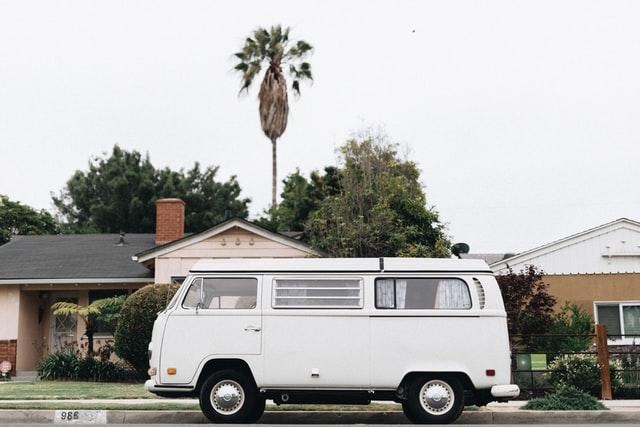 Camping-car devant des habitations