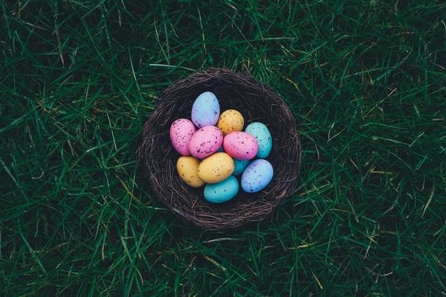 Panier avec des œufs de Pâques