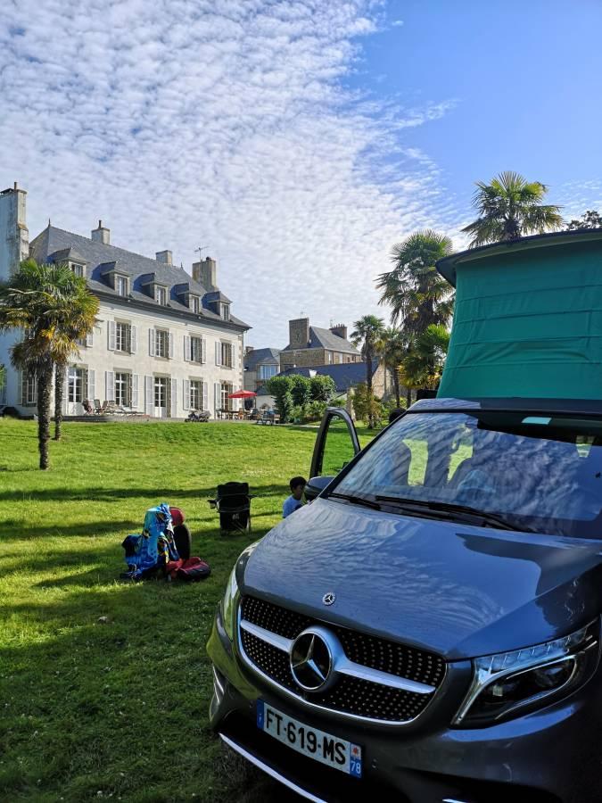 Un road trip en famille avec une nuit  chez Lionel, pour camper dans un grand parc arboré, un véritable site d'exception en plein centre ville de Saint-Malo